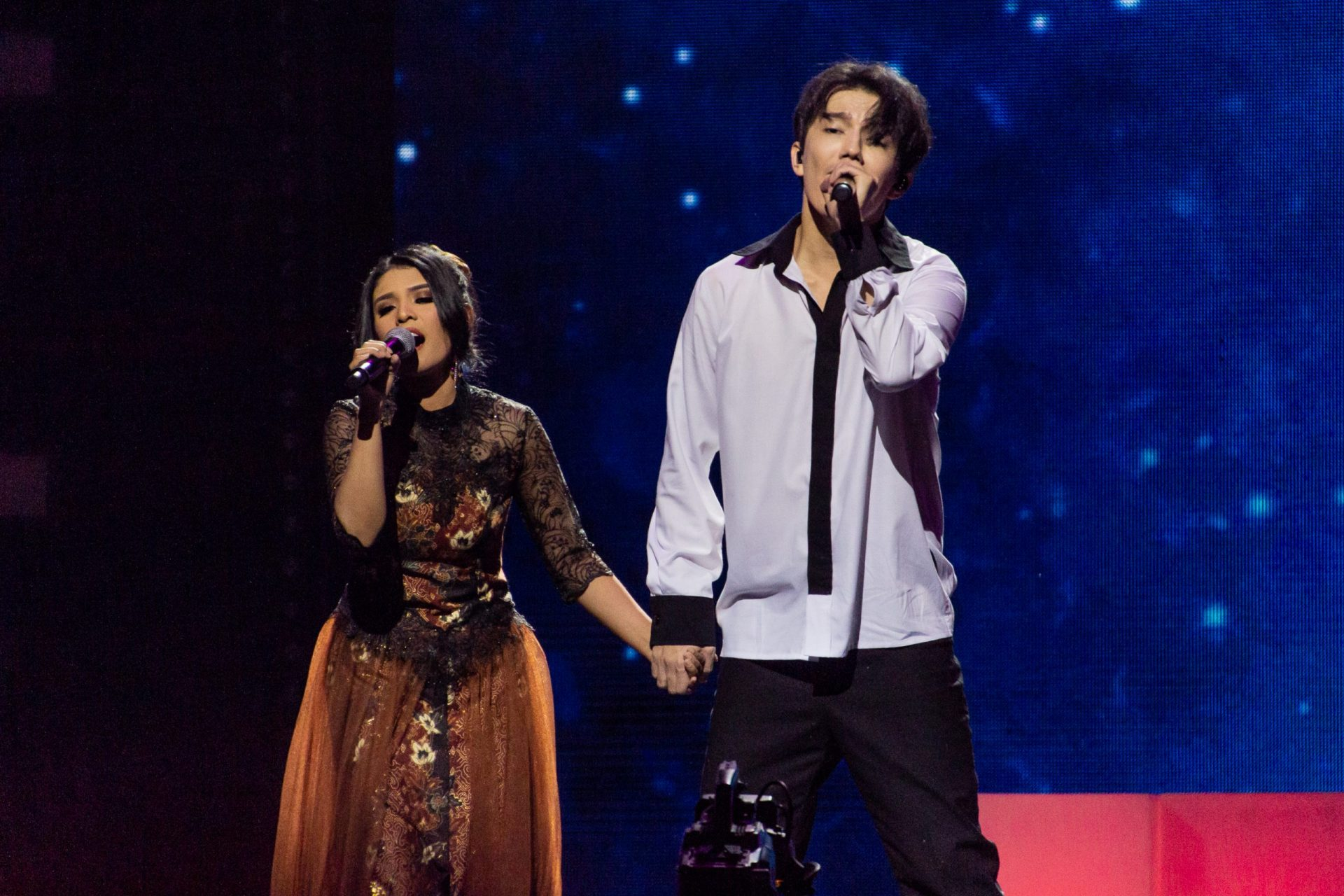 Recap of Dimash Kudaibergen concert in St. Petersburg: a duet with a fan, performance of Dimash's younger brother and unforgettable emotions