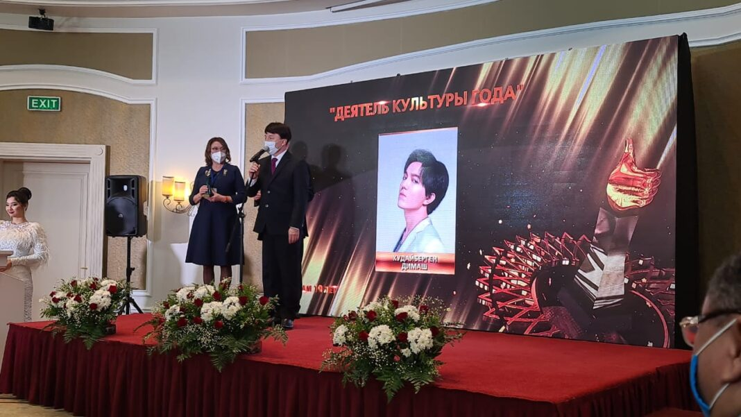 "Dimash received the ""People's Favorite 2020"" statuette"